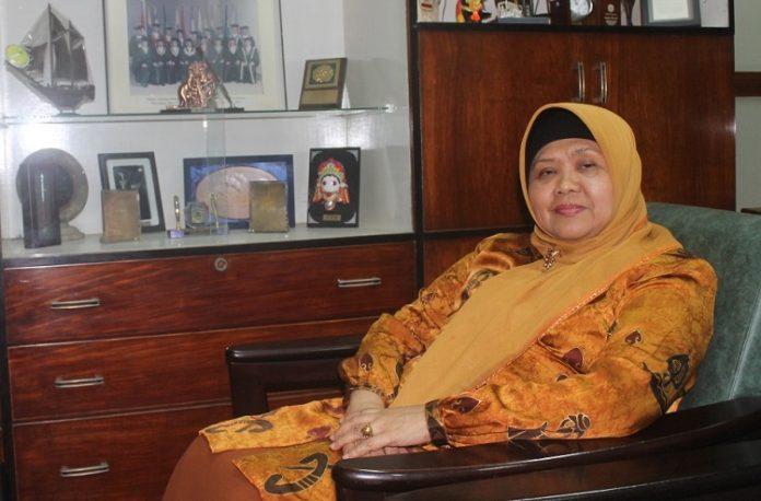 Dekan FF Dr. Umi Athiyah, Dra., MS., Apt. saat ditemui UNAIR News di ruang kerjanya (Foto: UNAIR NEWS)