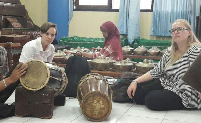 Carmen Bohlinger asal Jerman (kiri) dan Britt Lugenborg asal Estonia (kanan)Saat Belajar Mengenai Gamelan Di Student Center Kampus C UNAIR