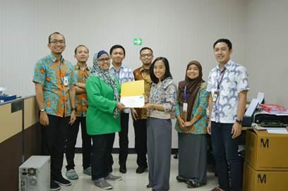 Saras Damayanti bersama Kepala Bagian, Kepala Seksi, dan Staff Bagian Produksi Vaksin Pertusis.