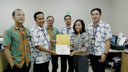 Saras Damayanti bersama Kepala Seksi dan Staff Bagian Produksi Vaksin Pertusis.