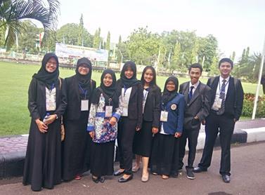 Delegasi dari Universitas Airlangga, yaitu Indi Mumtaza dan Aulia Rizkhan (Fakultas Farmasi) serta Reno Albra (Fakultas Ekonomi dan Bisnis) bersama dengan delegasi dari Universitas Gadjah Mada