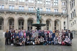 Seluruh peserta ICONIC 2016 berfoto bersama di halaman Hamburg Rathaus dalam rangkaian Hamburg Tour tanggal 28 Oktober 2016.