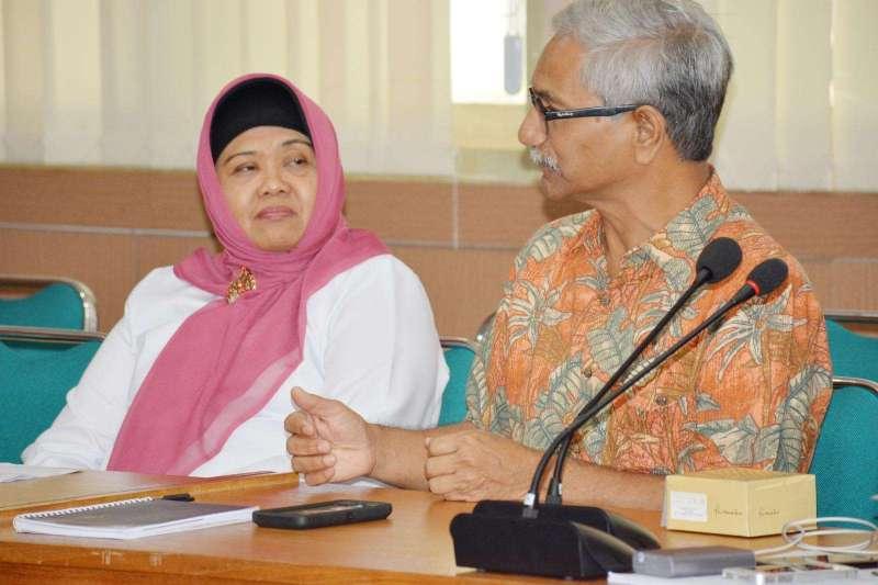 Dr. Umi Athiyah, MS., Apt, Dekan FFUA (kiri) , Prof. Pathak (kanan)