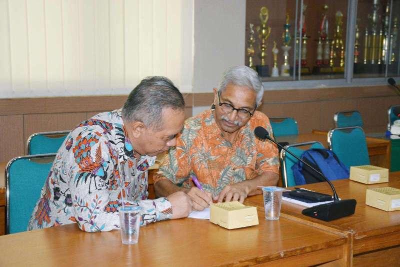 Prof. Pathak berdiskusi dengan Dr. Suharjono, Ketua Prodi Magister Farmasi Klinis