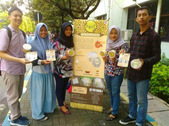 Kelima mahasiswa Fakultas Farmasi Universitas Airlangga memamerkan produk bubur instan kacang komak. (Foto: Istimewa)
