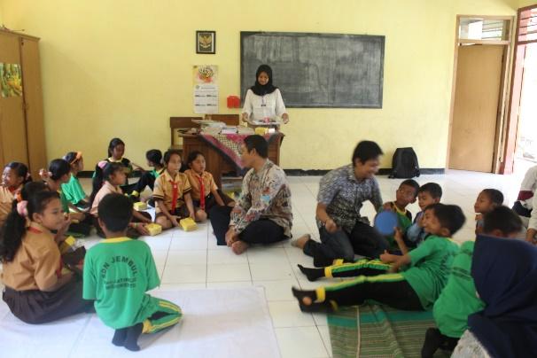 Kegiatan belajar mengajar di SDN 6 Jembul oleh Pak Nyoman dan Pak Catur serta kakak panitia
