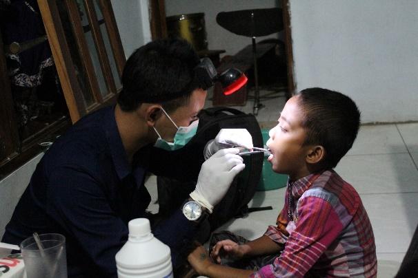 Pemeriksaaan kesehatan gigi kepada anak – anak di Desa Jembul