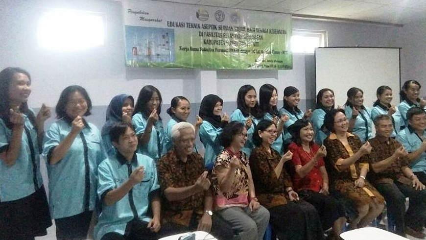 Staf FF-UNAIR berfoto bersama para peserta