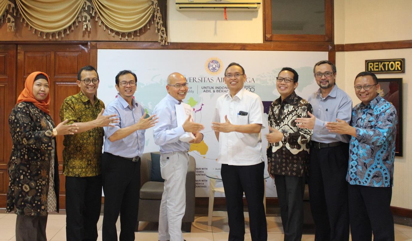 Rektor UNAIR Prof Moh Nasih (empat dari kanan), Prof. Gindo Tampubolon (empat dari kiri), Wakil Dekan III FF Dewi Melani Hariyadi (paling kiri), beserta jajaran pimpinan usai melakukan diskusi kerjasama di Kantor Manajemen Kampus C UNAIR. (Foto: Binti Q. Masruroh)