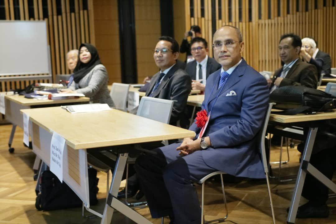 Tampak Professor Tan Sri Dato' Wira Dr. Mohd Shukri Ab Jayid. dan Wakil Rektor IV UNAIR - Junaidi Khotib, S.Si., M.Kes., Ph.D., Apt.