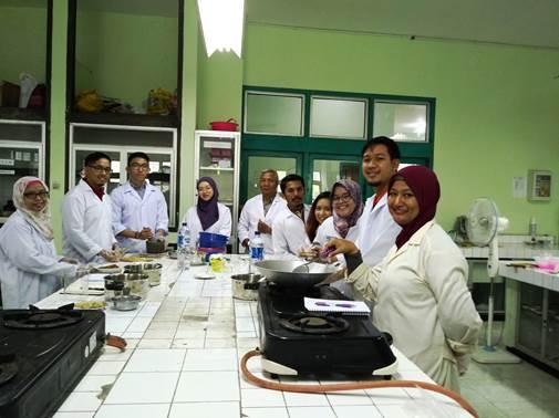 Mahasiswa Program AMERTA Kelas Jamu bersama dosen dan tenaga kependidikan di Laboratorium Departemen Farmakognosi dan Fitokimia , Fakultas Farmasi, Universitas Airlangga. (Foto: Dokumentasi)