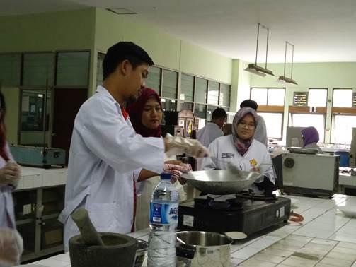 Mahasiswa sedang menyangrai beras untuk ramuan beras kencur. (Foto: dokumentasi)