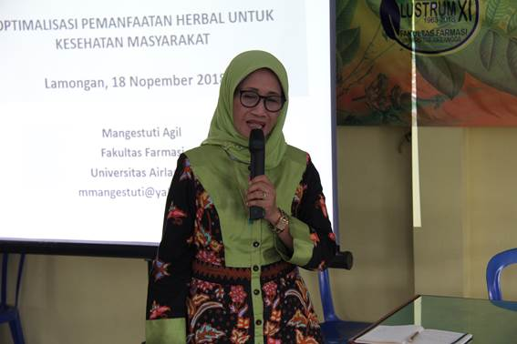 Prof. Dr. Mangestuti Agil, MS., Apt. sebagai penceramah pada Program Pengabdian Masyarakat di Desa Wajik, Kecamatan Lamongan, Kabupaten Lamongan