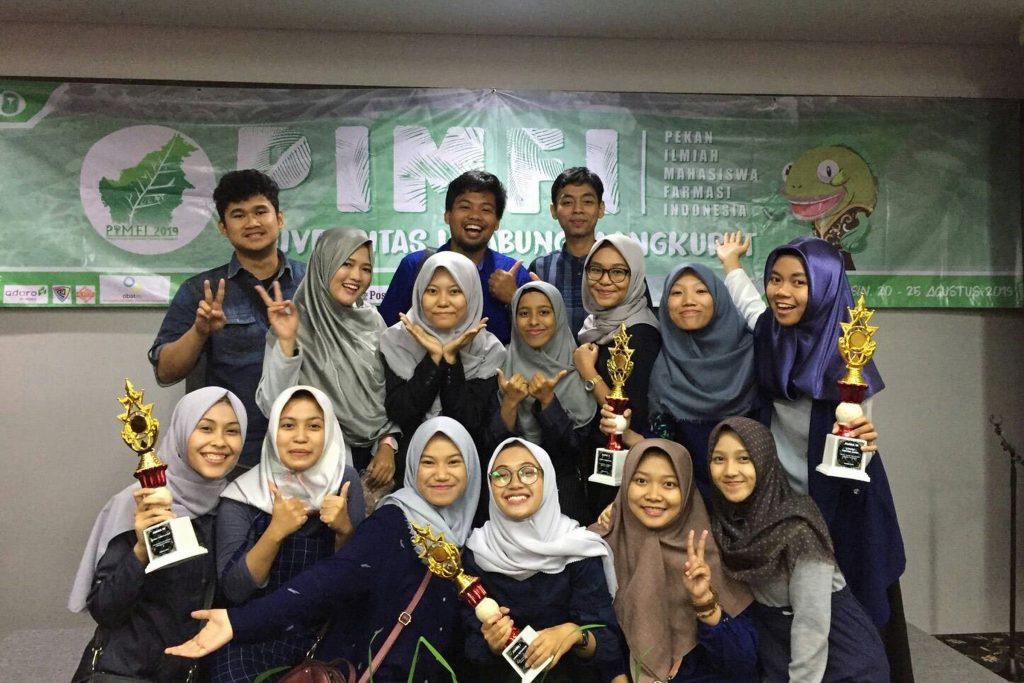TIM Fakultas Farmasi UNAIR berfoto bersama usai berhasil meraih empat juara di PIMFI 2019yang digelar pada 19 Agustus hingga 26 Agustus 2019. (Foto: Istimewa)
