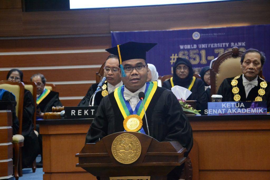Prof. Dr. Dwi Setyawan, S.Si, M.Si., Apt., guru besar dari Fakultas Farmasi UNAIR dalam orasinya, Kamis (12/9/2019). (Foto: Bambang BES)