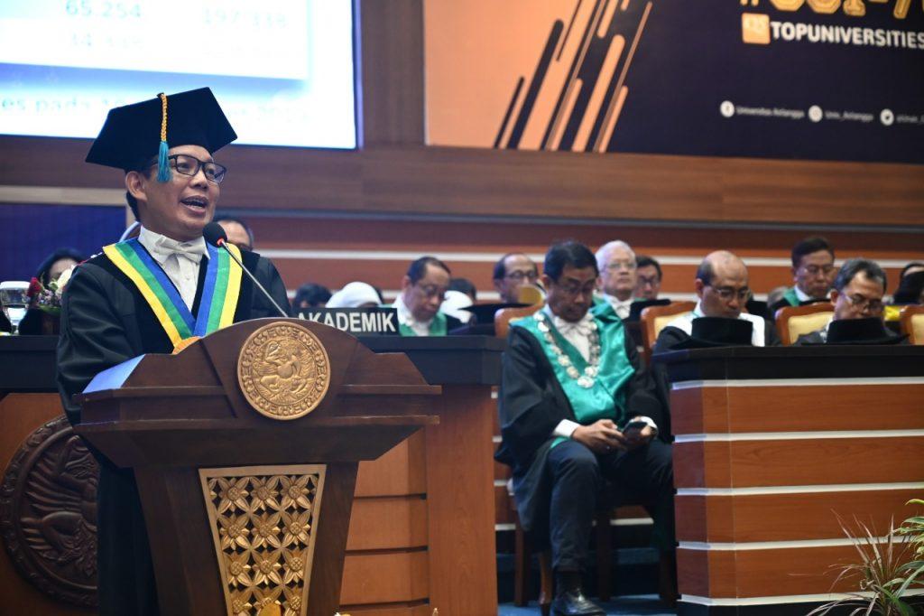 Prof. Junaidi Khotib, S.Si., M.Kes., Ph.D., saat menyampaikan orasi guru besar. (Foto: M. Alif Fauzan)